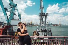 人和女孩在船坞 免版税库存图片