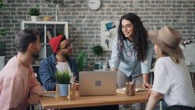 人和女雇员谈论看膝上型计算机屏幕的工作在办公室 股票录像