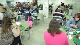 人和妇女专业工作者坐在表上并且用餐 股票录像