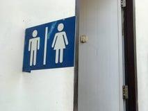 人和妇女洗手间室的标志 免版税库存图片