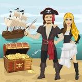 年轻人和妇女海盗的打扮拿着站立在开放宝物箱附近的剑在海滩在海盗船前面 免版税库存图片
