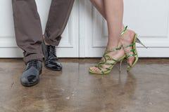 年轻人和妇女的腿时兴的鞋子的 免版税库存图片