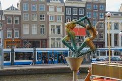 年轻人和妇女的雕塑在阿姆斯特丹 免版税库存图片