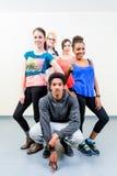 年轻人和妇女舞蹈课摆在的 库存照片