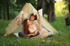 年轻人和妇女,爱夫妇的在可爱的帐篷里面 免版税库存图片