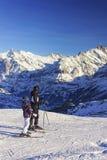 人和孩子滑雪的在冬季体育在瑞士阿尔卑斯依靠 免版税库存照片
