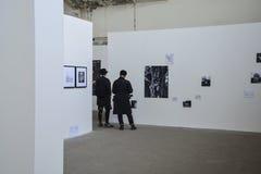 人和摄影在白色墙壁上 图库摄影