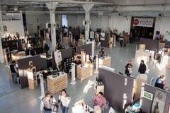 人和摊位顶视图在Golosaria 2013年在米兰,意大利 库存照片