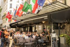 人和支持者手表, 2018年橄榄球世界杯,在一个咖啡店大阳台在巴黎 免版税库存图片