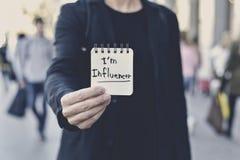 人和文本我是在笔记的influencer 免版税图库摄影