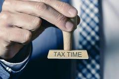 人和文本税时间 免版税图库摄影
