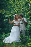 人和新娘在绿色公园在一个夏天 免版税库存图片