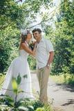 人和新娘在绿色公园在一个夏天 库存照片