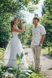 人和新娘在绿色公园在一个夏天 库存图片