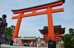 人和旅客旅行和走到里面在Fushimi Inar 库存照片
