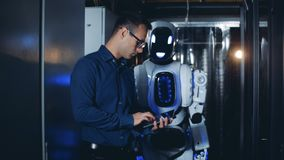 人和机器人步行在服务器屋子,关闭  股票视频