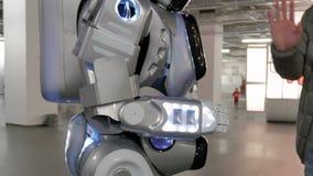 人和机器人给五,问候