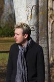 年轻人和树- Hombre joven y arboles 库存照片