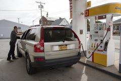 人和汽车在加油站美国 库存照片