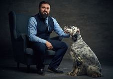 人和爱尔兰人的特定装置狗 库存图片