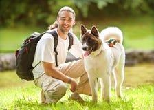 农夫色人和狗_人和狗在公园 免版税库存照片