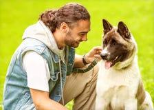 人和狗在公园 免版税库存照片