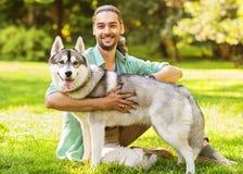人和狗在公园 免版税图库摄影