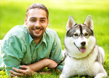 人和狗在公园 库存照片