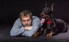 人和狗性交色情片_人和狗在演播室 库存照片