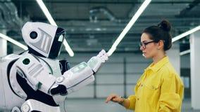 人和现代droid接触手,站立在屋子里 股票视频
