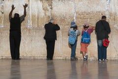 人和男孩是犹太人在伟大的神圣的哭墙附近在耶路撒冷,以色列 免版税图库摄影