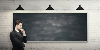 人和空的黑板 免版税库存图片