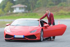 人和红色汽车 免版税图库摄影
