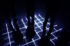 人和聚光灯的反射在镜子地板 免版税库存图片
