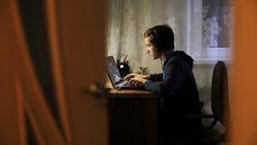 人和膝上型计算机 股票视频