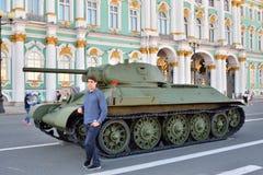 人和苏联中型油箱T-34塑造1941年在Th背景  免版税库存图片