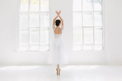 年轻人和难以置信地美丽的芭蕾舞女演员是摆在和跳舞在一个白色演播室 免版税库存照片