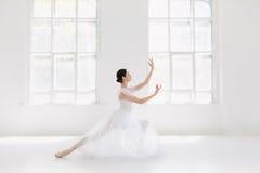 年轻人和难以置信地美丽的芭蕾舞女演员是摆在和跳舞在一个白色演播室 库存照片