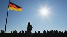 人和飞行的德国旗子剪影反对清楚的天空蔚蓝,纽伦堡 股票视频