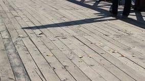 人和阴影在木桥梁 股票录像