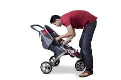 人和他的儿子在婴儿推车里面 库存图片