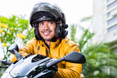 年轻人和他的摩托车或者滑行车 库存图片