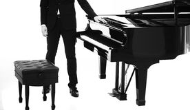 人和黑钢琴 免版税库存图片