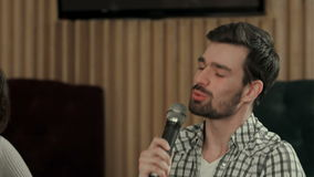 年轻人唱在俱乐部的一首歌曲 影视素材