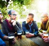 人啤酒饮用的党友谊概念 库存照片