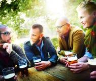 人啤酒饮用的党友谊概念 库存图片