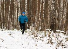 人喜欢在冬天森林里跑 免版税库存照片