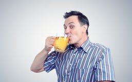 人喝从杯子的啤酒 库存照片