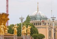 人喷泉和亭子乌兹别克斯坦友谊的片段在夏日 免版税库存照片