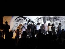 人喷漆街道画,他们在阶段作战 库存照片